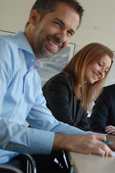mann und frau lachen im büro