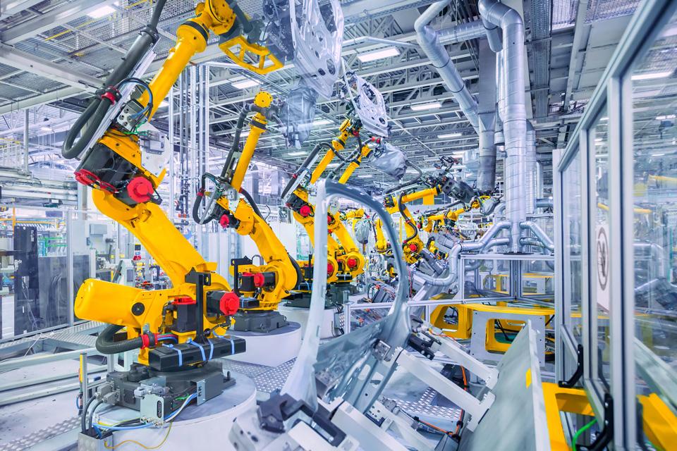 orange Roboterarme in einer Automobil Produktion