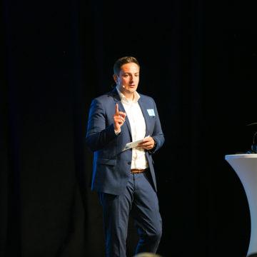 Markus Maier moderiert den Industrie Informatik Innovationstag 2019 - Moderation