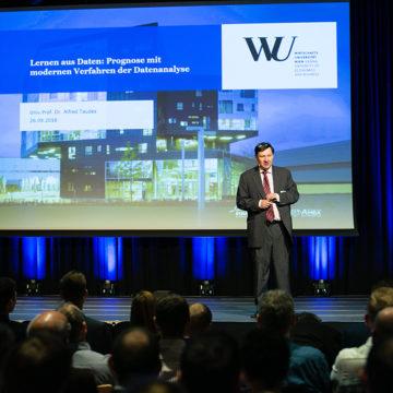 TU Wien Alfred Taudes auf der Bühne des Industrie Informatik Innovationstages