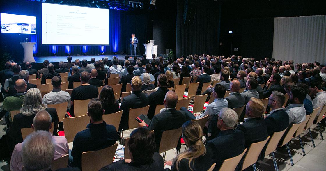Markus Maier auf der Bühne des Industrie Informatik Innovationstages 2019