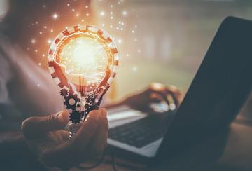 Eine Glühbirne und ein Laptop